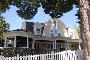 LEEDANIELS_HilltopHouse-facade